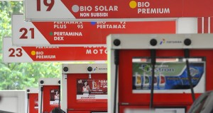 Petugas mengisi bahan bakar minyak jenis premium di salah satu SPBU, Jakarta