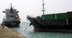 Anak buah kapal kargo MV Magellan membongkar muatan di dermaga Selatan Pelabuhan Batuampar, Batam, Minggu (9/3). Menurut Anggota KPU Kota Batam, kapal itu memuat 180an kontainer dengan dua