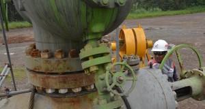 Petugas Pertamina Geothermal Energi (PGE) menguji sumur geothermal yang telah selesai di bor di Proyek Karaha Bodas, Malangbong, Jawa Barat, Sabtu (15/3)
