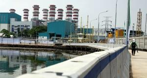 Petugas PLTG Muara Tawar memeriksa pipa gas Storage compressed natural gas (CNG) di Bekasi, Jawa Barat, Senin (17/3).