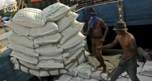 Buruh memindahkan gula ke atas kapal barang untuk dikirim ke Nusa Tenggara Barat (NTB) di Pelabuhan Rakyat Paotere, Makassar, Sulsel (21/2).