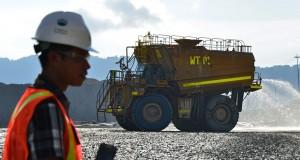 Seorang pekerja berada di tambang Batu Hijau milik PT Newmont Nusa Tenggara (NNT) di Kecamatan Sekongkang, Taliwang, Kabupaten Sumbawa Barat
