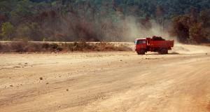 Sebuah truk pengangkut bahan galian melintas di lahan yang akan dijadikan lokasi smelter minerba PT Bintan Alumina Indonesia di Galang Batang, Bintan, Kepri, Kamis (6/3).
