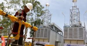 Petugas PT. Bright PLN Batam membuka keran gas dari kontainer menuju Pembangkit Listrik Tenaga Mesin Gas (PLTMG) Tokojo Kijang di Bintan, Selasa (11/3)