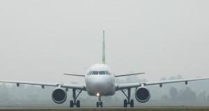 Sebuah pesawat komersial yang akan berangkat di antara kabut asap yang menyelimuti Bandara Internasional Minangkabau (BIM), di Padangpariaman,  Sumbar,