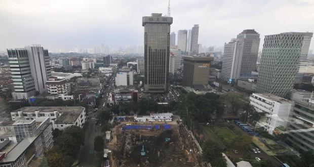 Sejumlah alat bereat digunakan untuk pembangunan pondasi gedung bertingkat di Jakarta, Rabu (19/3)