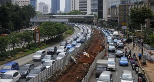 Sejumlah kendaraan berjalan tersendat di samping proyek pembangunan jalur Mass Rapid Transit (MRT) Jakarta di  Jalan SUdirman, Jakarta, Senin (24/3).