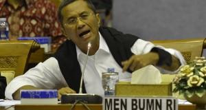 Menteri BUMN Dahlan Iskan memberikan penjelasan dalam rapat kerja dengan Komisi IX DPR di Kompleks Parlemen, Senayan, Jakarta, Selasa (4/3).