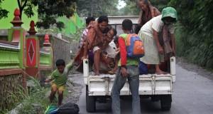 Warga kembali ke rumahnya setelah sempat mengungsi akibat erupsi freatik Gunung Merapi di Kemalang, Klaten, Jawa Tengah