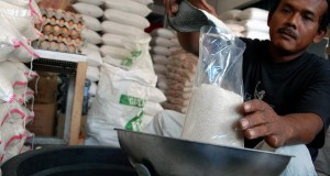 Seorang pedagang mengemas gula pasir di Pekanbaru, Riau
