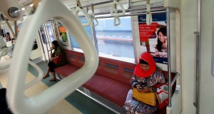 Penumpang kereta commuter line berada di gerbong ketika berhenti di Stasiun Tangerang, Banten, Kamis (7/11)