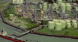 Sebuah kapal pengangkut minyak merapat di pabrik kilang minyak di Jawabarat, Senin (18/11)