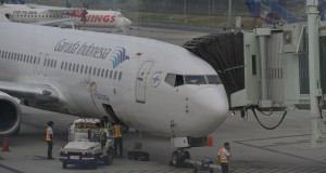 Pekerja melakukan bongkar muat barang dari lambung sebuah pesawat terbang di Bandara Internasional Kualanamu, Kabupaten Deli Serdang, Sumut, Kamis (27/3).