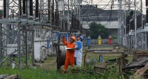 Petugas memantau gardu induk PLN di Area Pengaturan Beban DKI Jakarta dan Banten, Cawang, Jakarta Timur,