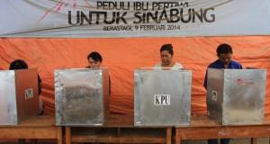 Warga Desa Suka Meriah, pengungsi erupsi Gunung Sinabung memberikan suara, pada Pemilu Legislatif, di TPS lokasi pengungsian, Brastagi, Karo, Sumut, Rabu (9/4).