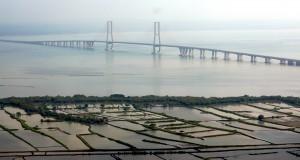 Foto dari udara kawasan tambak tak jauh dari jembatan Suramadu sisi Surabaya, Pantai Kenjeran Surabaya, Jatim, Kamis, (10/4)