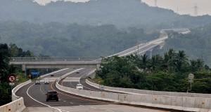 Sejumlah mobil melintas di Jalan Tol Semarang-Solo ruas Ungaran-Bawen yang telah diresmikan pengoperasiannya oleh Menteri PU Djoko Kirmanto, di Kabupaten Semarang, Jumat (4/4).