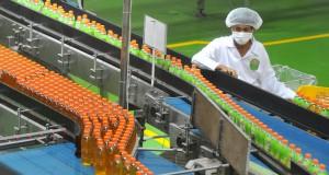 Seorang pekerja melakukan proses produksi minuman kemasan Nu Green Tea Royal Jasmine di pabrik PT ABC President Indonesia, Karawang, Jawa Barat, Rabu (16/4).