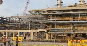 Sejumlah pekerja di lokasi proyek produksi minyak Blok Cepu di Kabupaten Bojonegoro, Jawa Timur, Kamis (24/4). Wakil Presiden (Wapres) Boediono yang