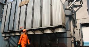 Petugas memantau gardu induk tegangan ekstra tinggi PLN di Area Pengaturan Beban DKI Jakarta dan Banten, Cawang, Jakarta Timur,