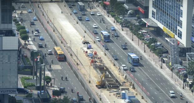Pekerja meyelesaikan proyek angkutan cepat massal (MRT) di kawasan Bundaran Hotel Indonesia, Jakarta, Selasa (22/4).