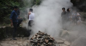 Wisatawan menikmati semburan uap panas yang keluar dari kawah objek wisata Kamojang, Kabupaten Bandung, Jawa Barat, Senin (31/3).