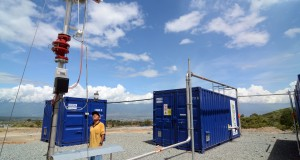 Petugas memeriksa salah satu komponen peralatan pengonversi gas methanol ke listrik berbahan sampah di Tempat Pembuangan Akhir (TPA) sampah Kawatuna Palu, Sulawesi Tengah, Kamis (8/5).