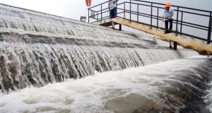 Petugas Lab melakukan uji kelayakan air bersih di laboratorium di Instalasi Pengolahan Air (IPA) MILIK PT Aetra Air Tangerang di Sepatan, Kabupaten Tangerang, Banten Kamis (6/5). PT Aetra Air Tangerang menggunakan teknologi modern untuk menghasilkan air be