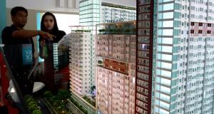 """Seorang pengunjung mengamati maket gedung pada acara pameran properti """"Real Estat Indonesia (REI) Expo 2014"""" di Jakarta Convention Center, Jakarta, Minggu (11/5)"""