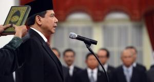 Pejabat baru Menko Perekonomian Chairul Tanjung mengucapkan sumpah jabatan saat pelantikan di Istana Negara, Jakarta, Senin (19/5)