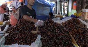Suryanto (52) berdagang kurma dari Mesir di kawasan Pasar Anyar, Kota Tangerang, Banten, Minggu (29/6).