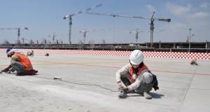 Pekerja saat melakukan pengerjaan di apron terminal 3 ultimate bandara internasional soekarno hatta, Tangerang, Banten,