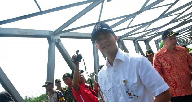 Gubernur Jateng Ganjar Pranowo meninjau Jembatan Comal di Jalur Pantura, Pemalang, Jateng, Kamis (24/7)