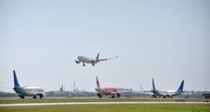 Sejumlah pesawat saat antri  untuk terbang dan mendarat di terminal 3 bandara internasional Soekarno Hatta, Tangerang, Banten, Selasa (15/7). Air Nav