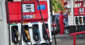 Petugas mengisi bahan bakar minyak (BBM) jenis premium di SPBU Muri jalur pantura,