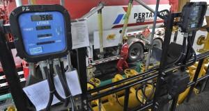 Pekerja melakukan proses pengisian BBM ke tangki muatan truk pengangkut bahan bakar di Depo Pertamina Pengapon Semarang, Jateng, Kamis (17/7).