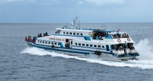 Kapal cepat Express Bahari 1B dipadati pemudik saat berangkat dari Pelabuhan Tulehu Pulau Ambon  tujuan Masohi, Pulau Seram, Maluku Tengah, Maluku Sabtu (26/7).