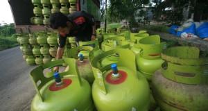 Petugas mendistribusikan tabung gas tiga kilogram kepada pengecer di desa Pabean udik, Indramayu,