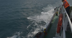 Seorang ABK Tunda memperhatikan ombak yang relatif besar di Teluk Semangka, Lampung, Selasa (12/8).