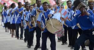 Marching Band dari distrik Warbobe berlatih saat gladi bersih Sail Raja Ampat 2014 di perairan Waisai, Raja Ampat, Papua Barat, Jumat (22/8).