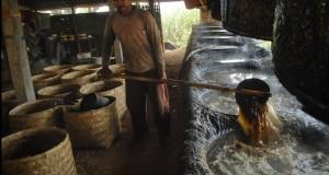 Pekerja menyelesaikan proses pembuatan gula tumbu di kawasan Bae, Kudus, Jateng, Senin (4/8).
