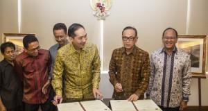 Menteri Perdagangan, Muhammad Lutfi menandatangani perjanjian kerjasama dengan Ketua Kadin, Suryo Bambang Sulistyo (kanan) di Kemendag, Jakarta Pusat, Rabu (20/8).