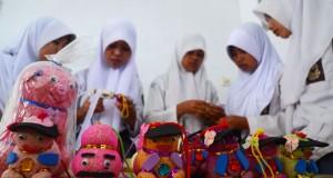 Siswa SMK Widia Mukti membuat boneka agri dari serbuk kayu, di Desa Cigalontang, Kabupaten Tasikmalaya, Jawa Barat, Kamis (21/8).