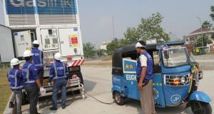 Petugas PGN, melakukan pengisian bahan bakar gas melalui Mobile Refueling Unit (MRU) pada kendaraan Bajaj, di Jakarta, Rabu (13/8).
