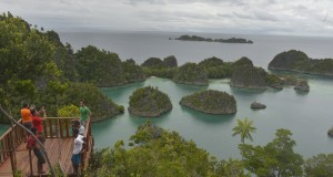 Wisatawan menikmati keindahan alam di sekitar Fiainemo, Raja Ampat, Papua Barat, Sabtu (14/6)