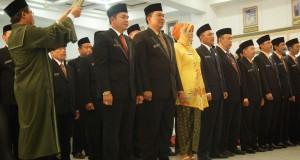 Sejumlah anggota DPRD Kudus periode 2014-2019 mengucapkan sumpah saat pelantikan di kantor DPRD Kudus, Jateng, Kamis (21/8).