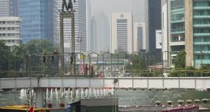 Sejumlah pekerja menyelesaikan pembangunan jembatan penyeberangan orang (JPO) sementara di Kawasan Bundaran HI, Jakarta, Jumat (22/8).