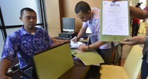 Petugas memeriksa berkas di ruang pendaftaran calon pimpinan KPK di gedung Kementerian Hukum dan HAM, Jakarta Selatan, Jumat (22/8).