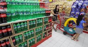 Pembeli memilih makanan dan minuman di salah satu pusat perbelanjaan di Tangerang, Banten