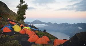 Sejumlah tenda pendaki Gunung Rinjani berada di Pelawangan Sembalun, Lombok Timur, NTB, Kamis (31/7).